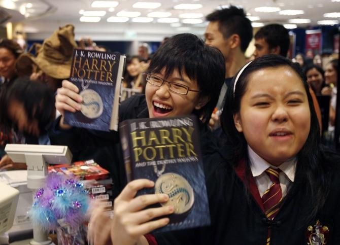 teens with harry potter book