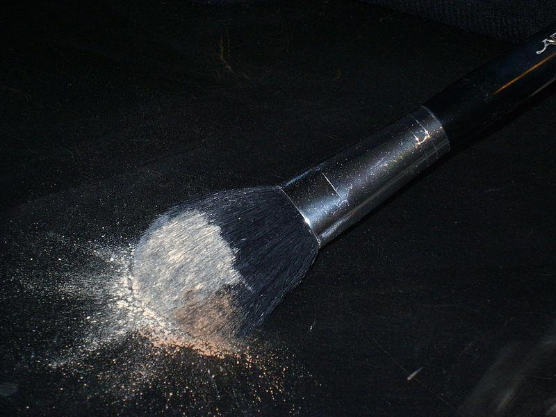 Powder brush with natural bristles with loose powder