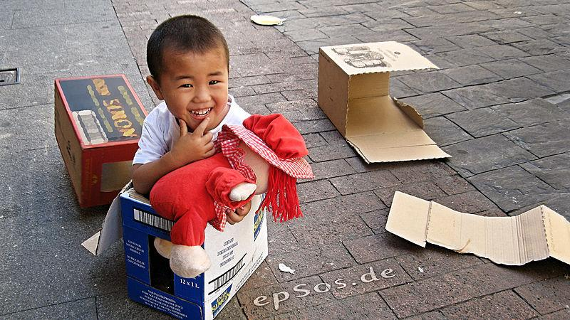 800px-Funny_Chinese_Child_Playing_Boy
