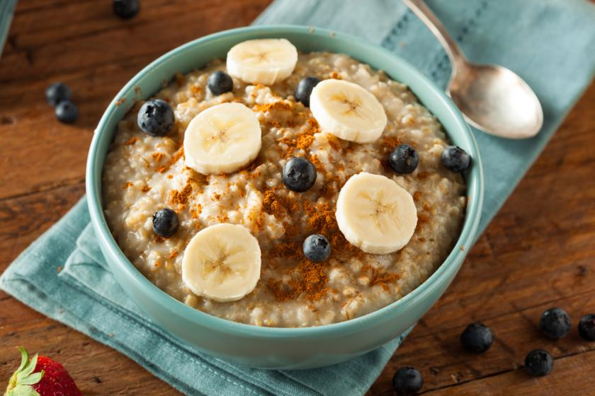 Oatmeal with fruit and cinnamon